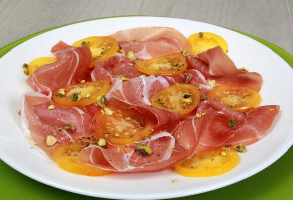 Carpaccio van seranoham en tomaat