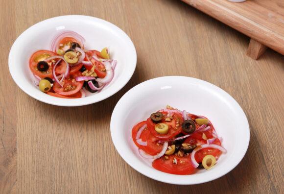 Tomatensalade met rode ui & olijven